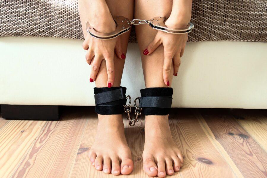 ноги и руки в наручниках