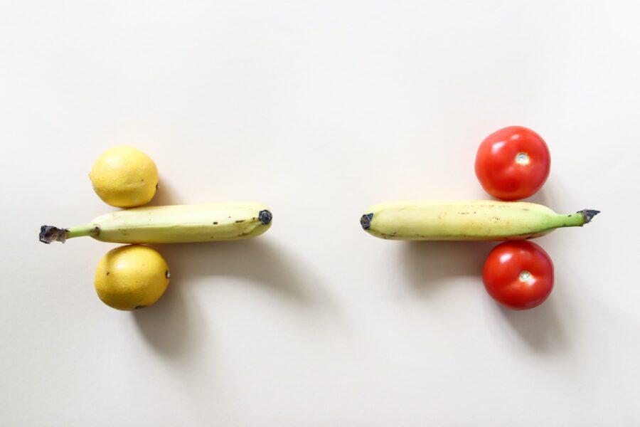 два банана с лимонами и помидорами