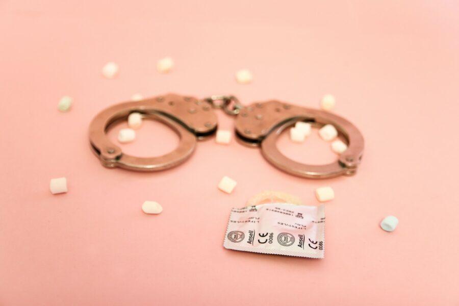 наручники и презерватив
