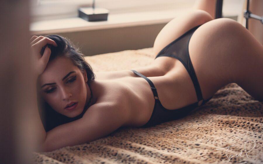 девушка лежит на животе в белье