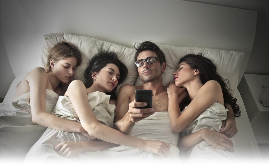 парень и девушки в кровати