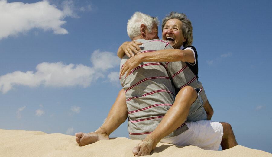 зрелая пара на пляже