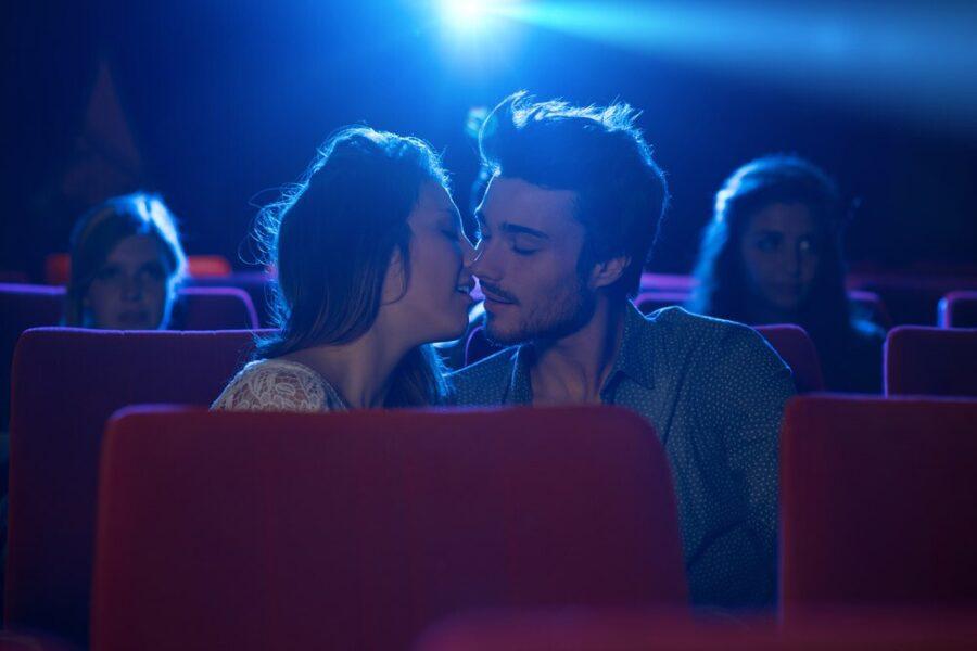 поцелуй в кинотеатре