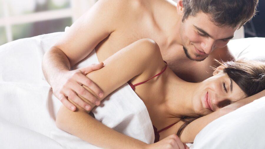 романтичная пара в постели