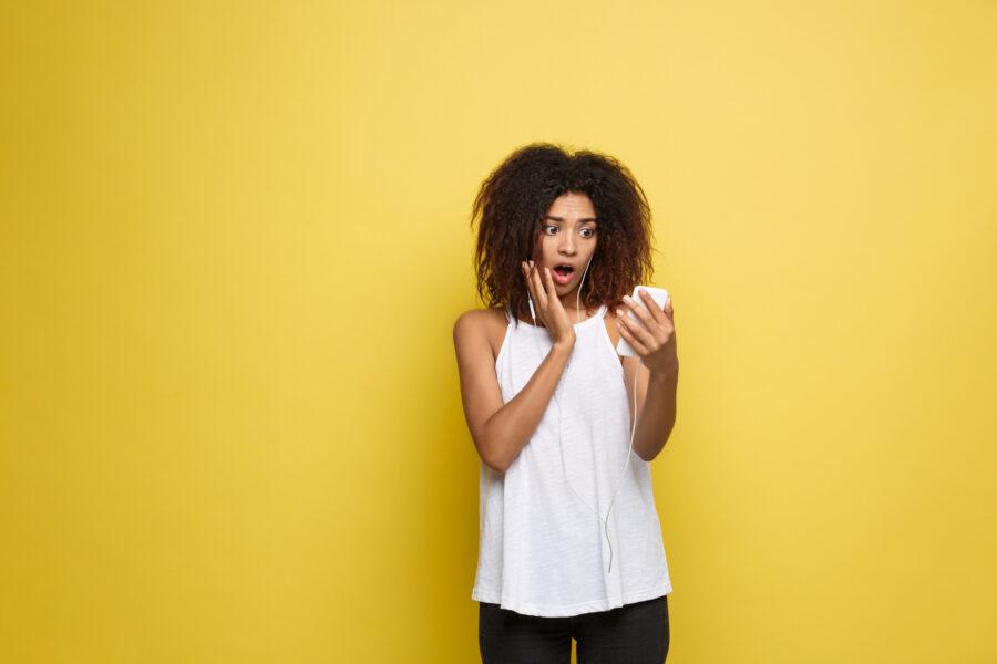 удивленная девушка с телефоном