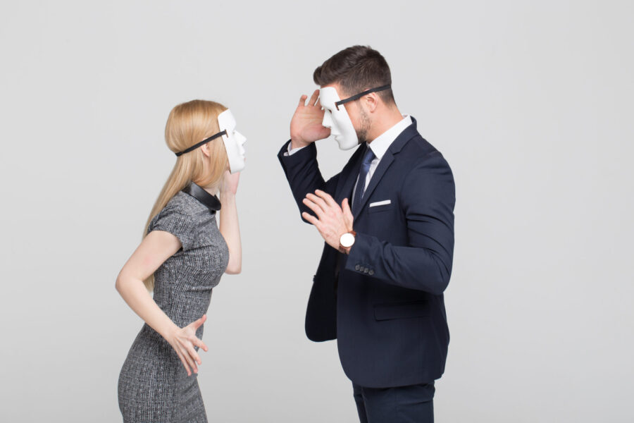 девушка и парень в масках