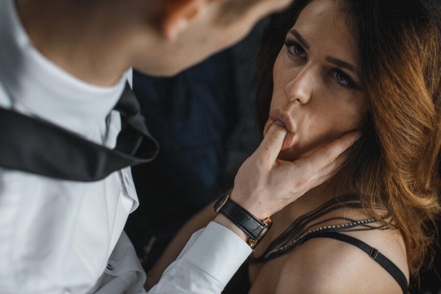 палец парня во рту девушки