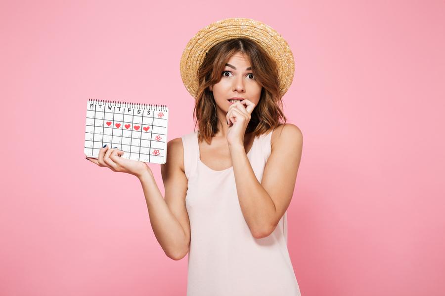 девушка с женским календарем