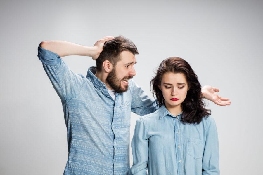 недовольные девушка и парень
