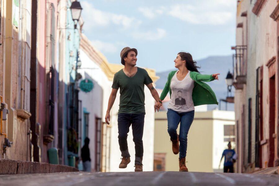 девушка и парень на прогулке