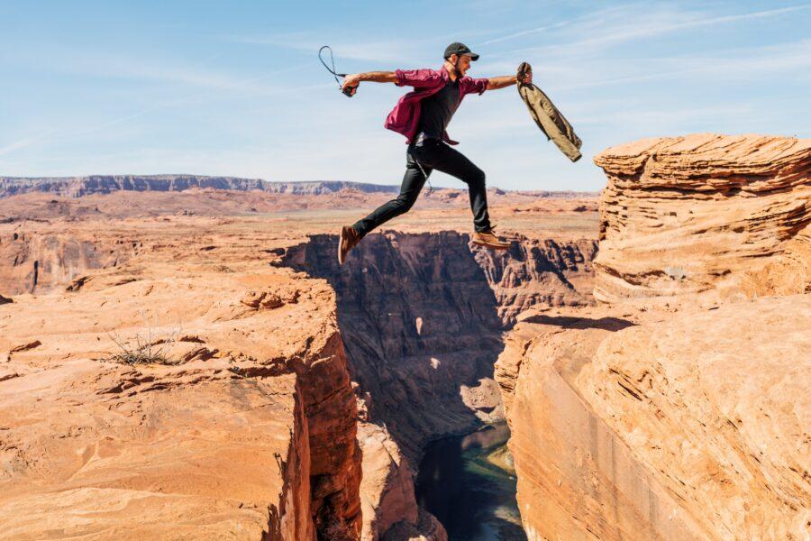 парень прыгает через пропасть