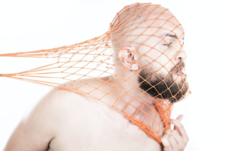 парень с сеткой на голове