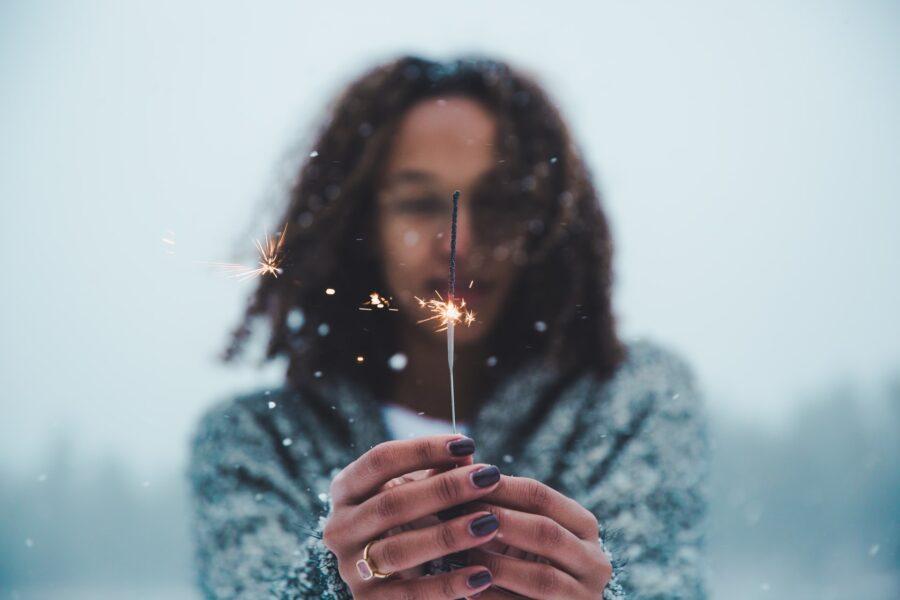 девушка с бенгальским огнем