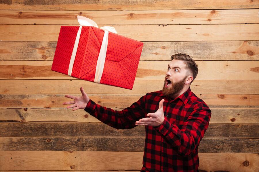 парень с подарком