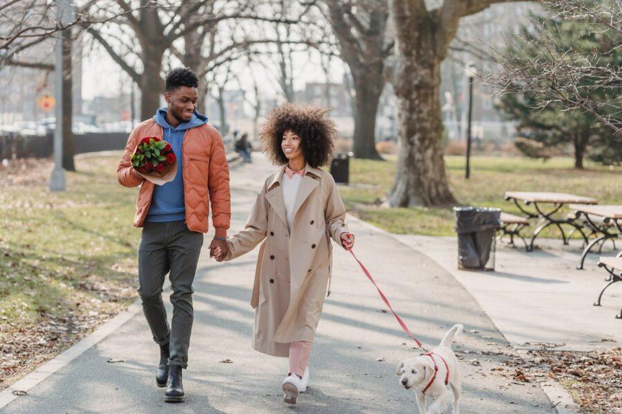 девушка с собакой и парень на прогулке