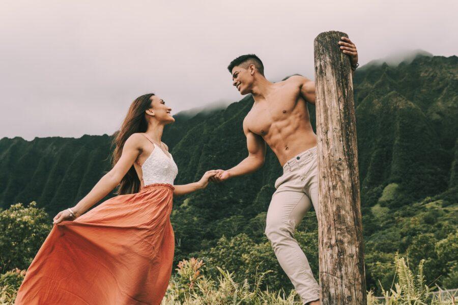 девушка и парень на природе