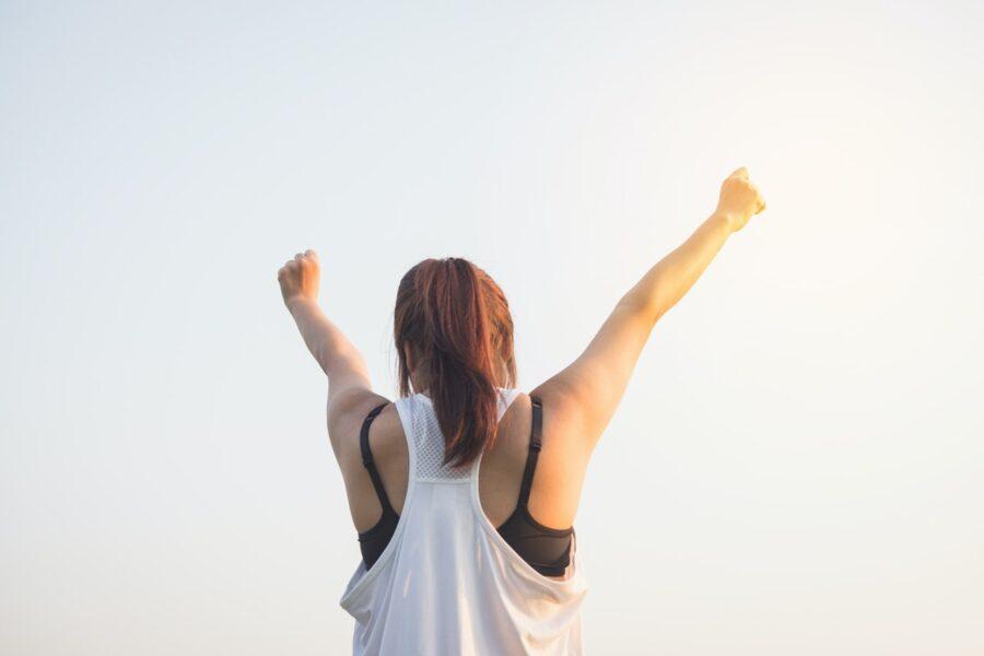 девушка с руками вверх