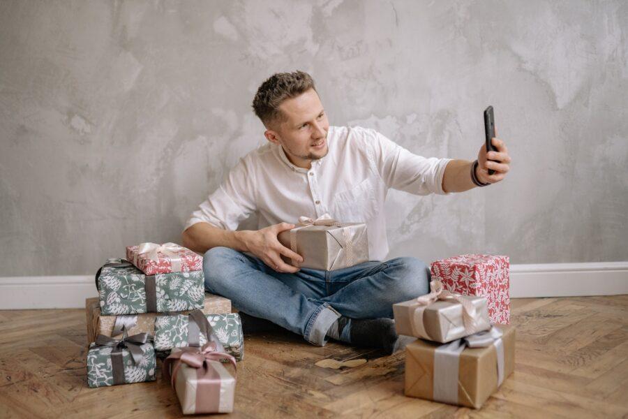 парень делает селфи с подарками