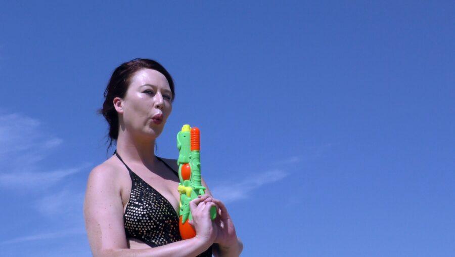 девушка с водяным пистолетом