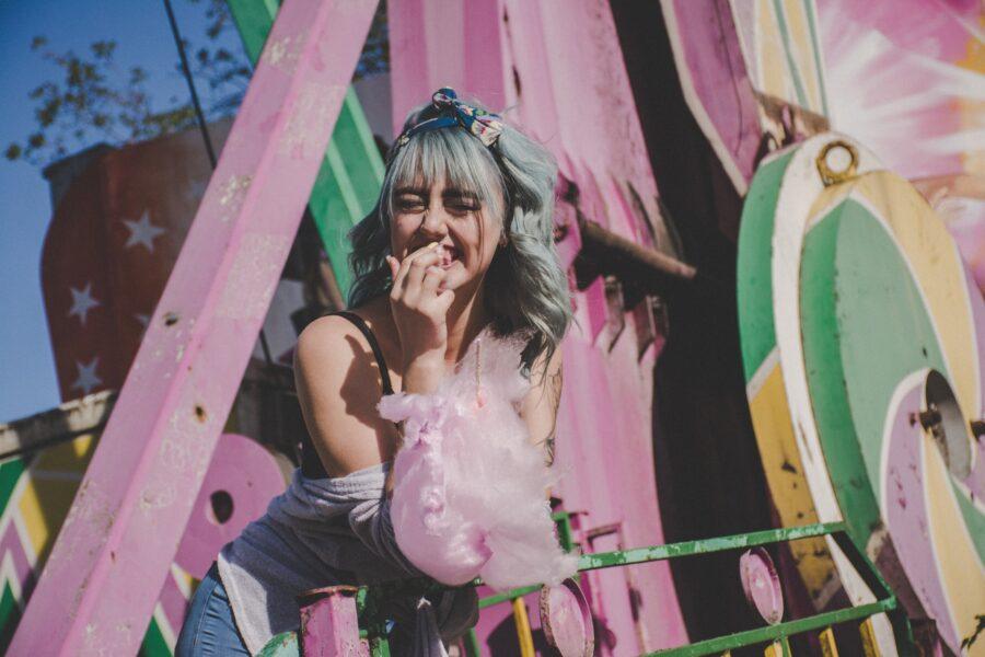 девушка в парке атракционов