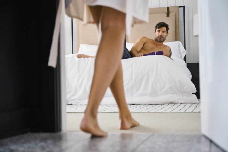 парень с секс-игрушкой в постели