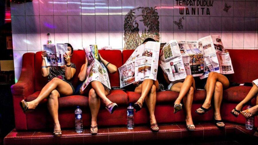 девушки читают газеты