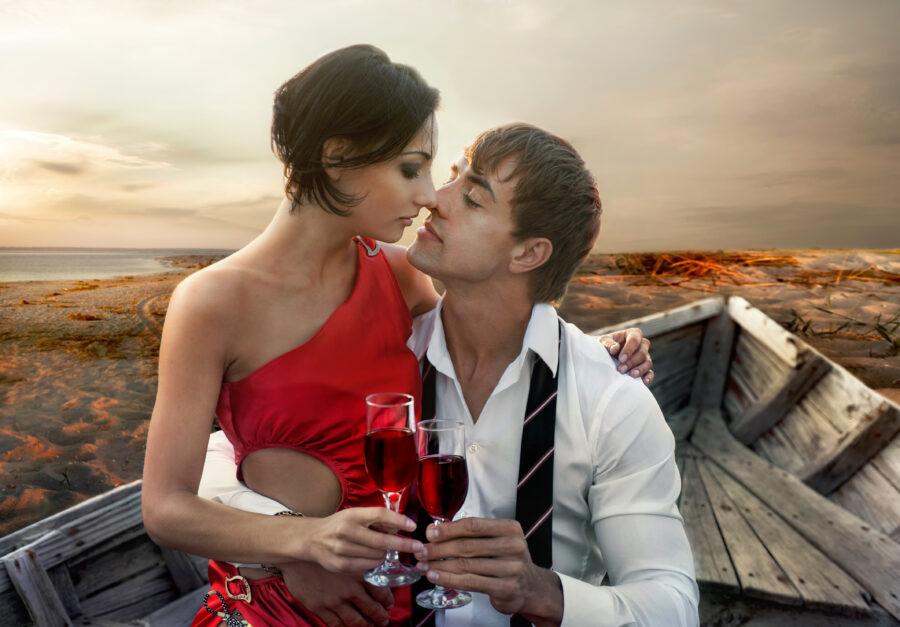 романтичная пара с бокалами