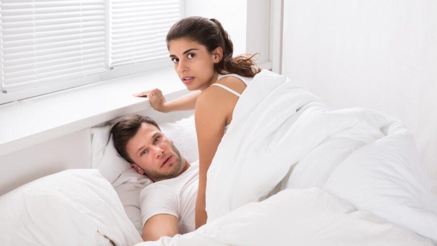 девушка на парне в постели