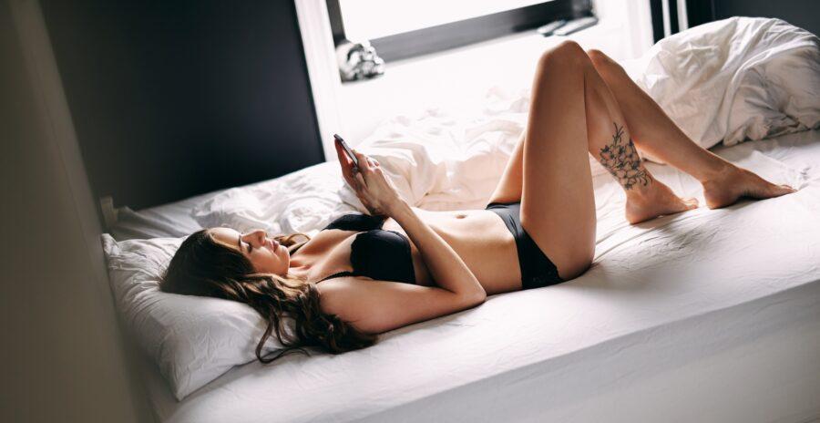 девушка с телефоном на кровати