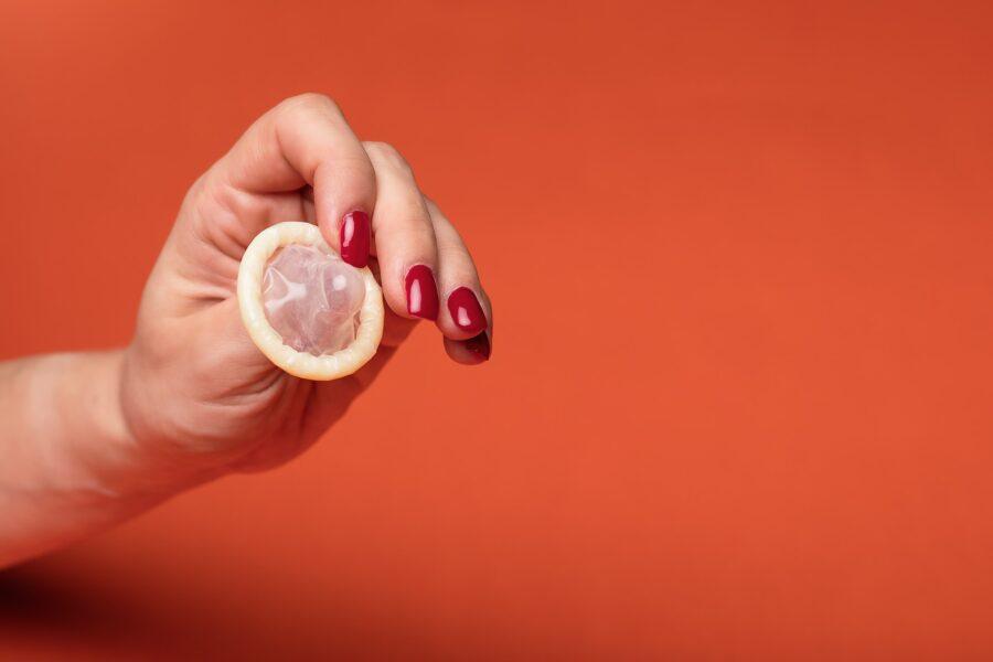 презерватив в руке