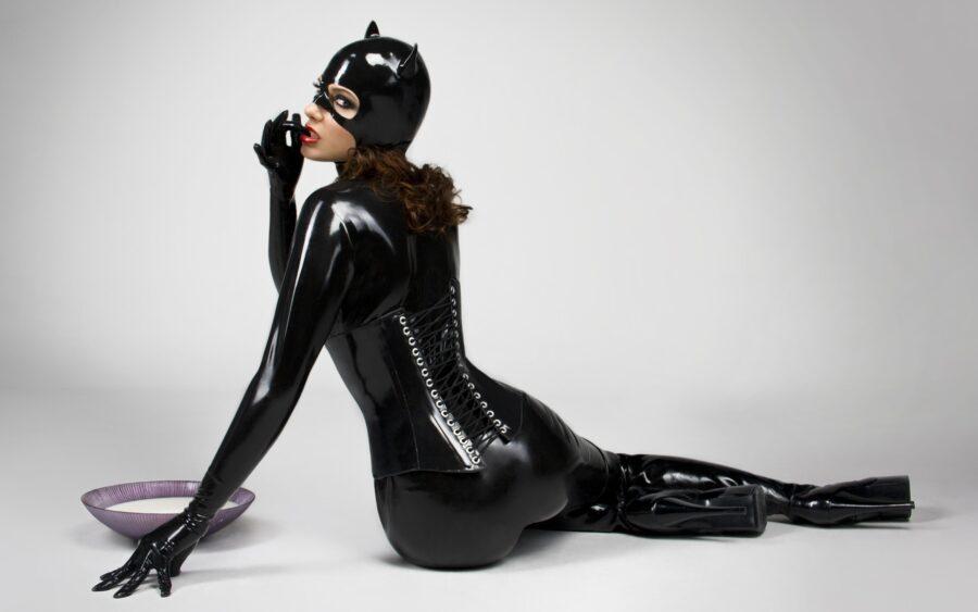 девушка в латексном костюме