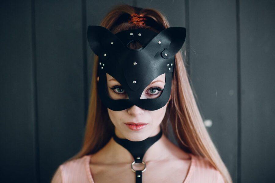девушка в кожаной маске