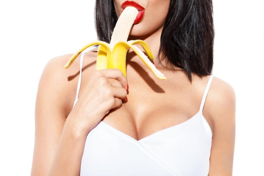 девушка кушает банан