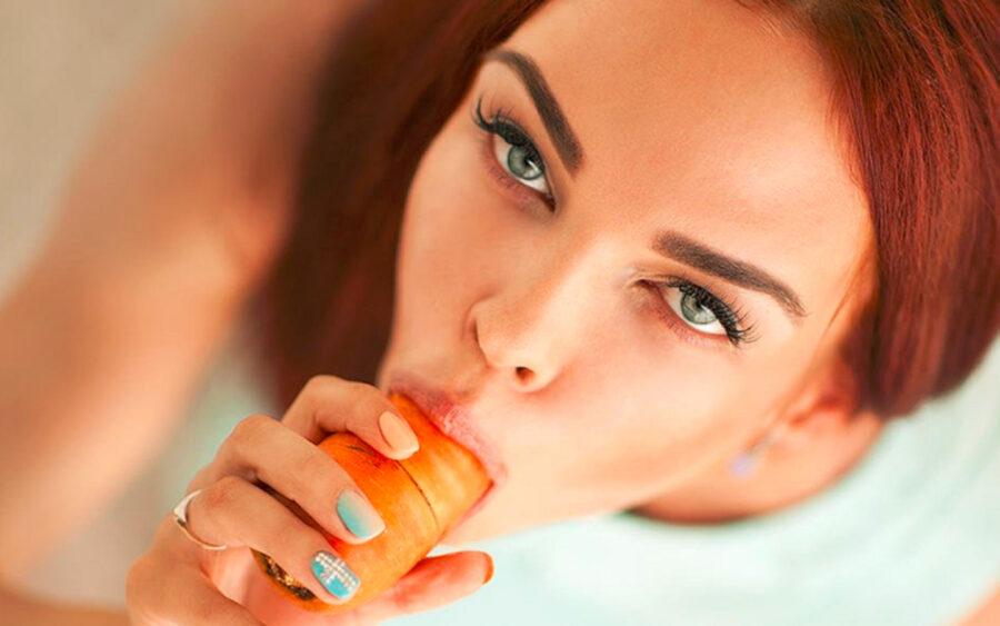 девушка ест морковку