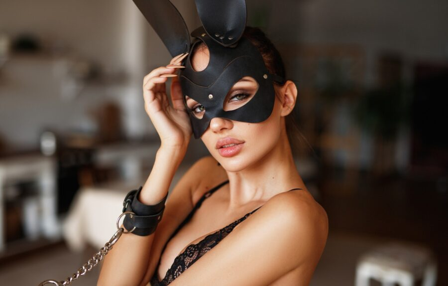 девушка в маске зайчика
