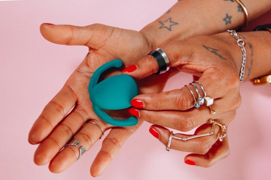секс-игрушка в руке