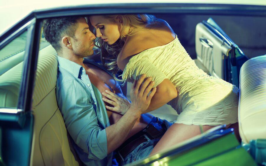 девушка на парне в машине