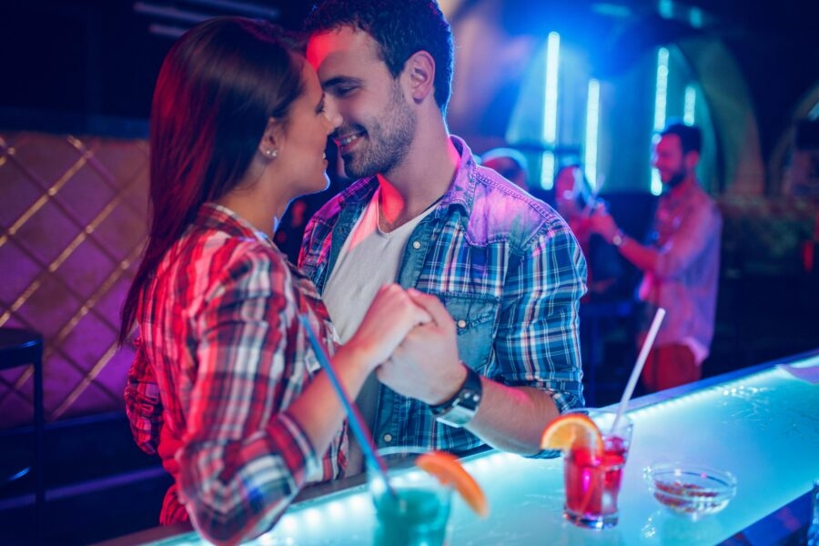 романтичная пара в баре