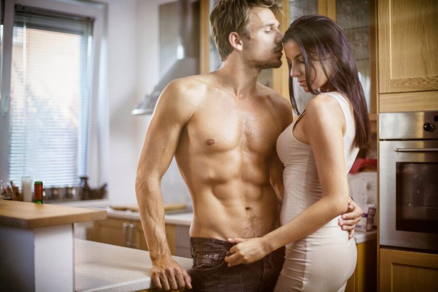 романтичная пара на кухне