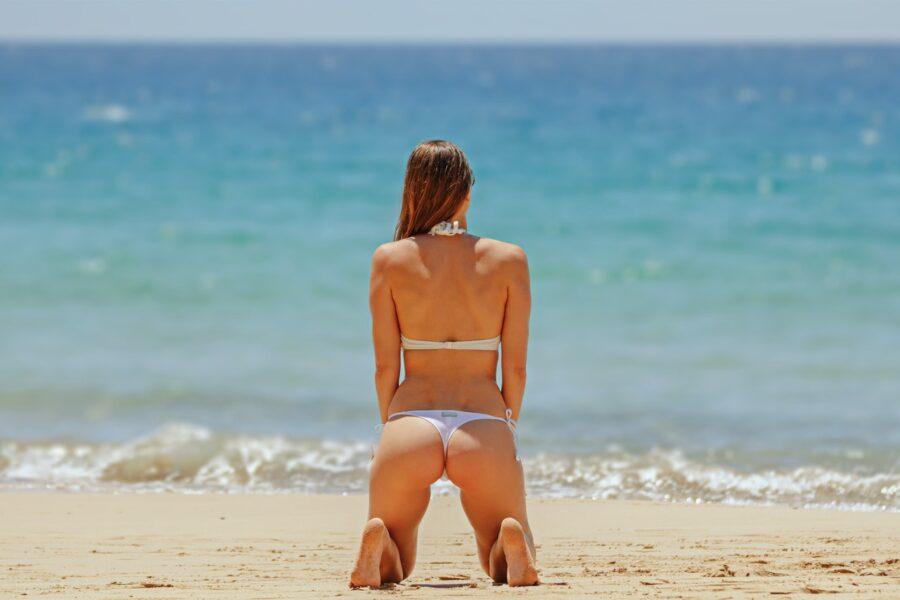 девушка на пляже вид сзади