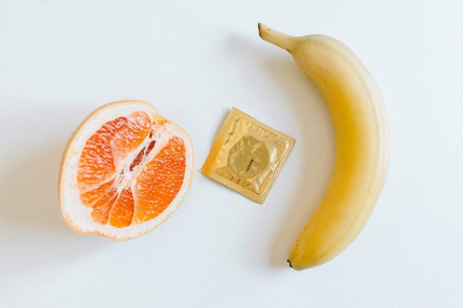 фрукты и презерватив