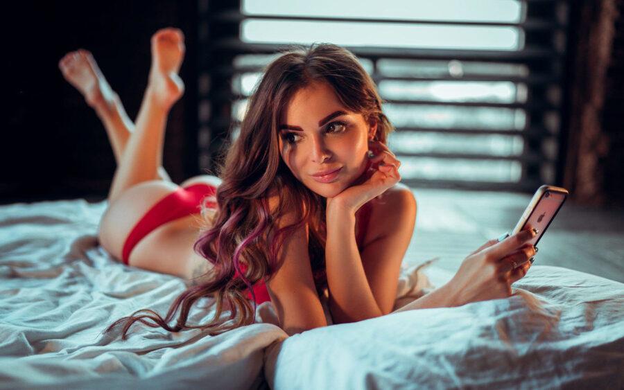 девушка на кровати с телефоном