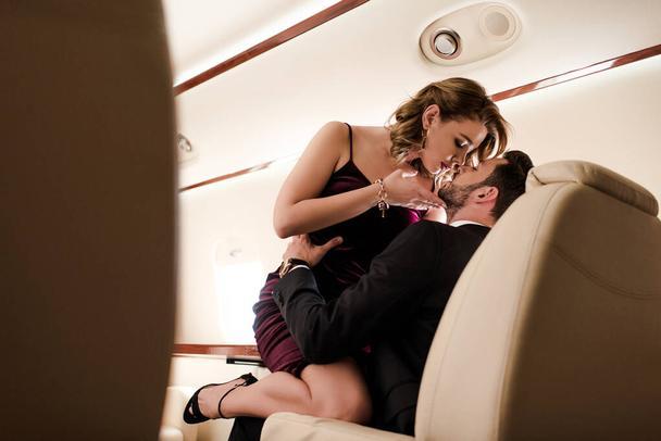 пара целуется в самолете