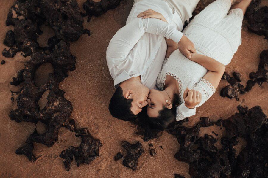 романтичная пара на пляже