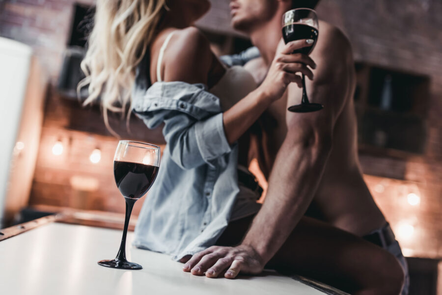 романтичная пара с вином