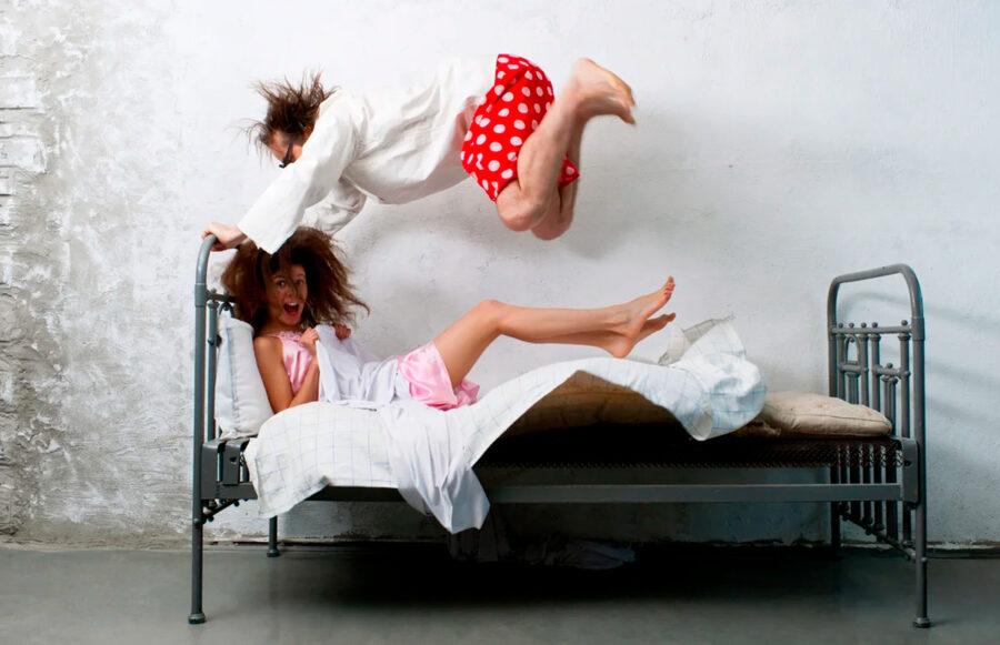 парень прыгает на девушку