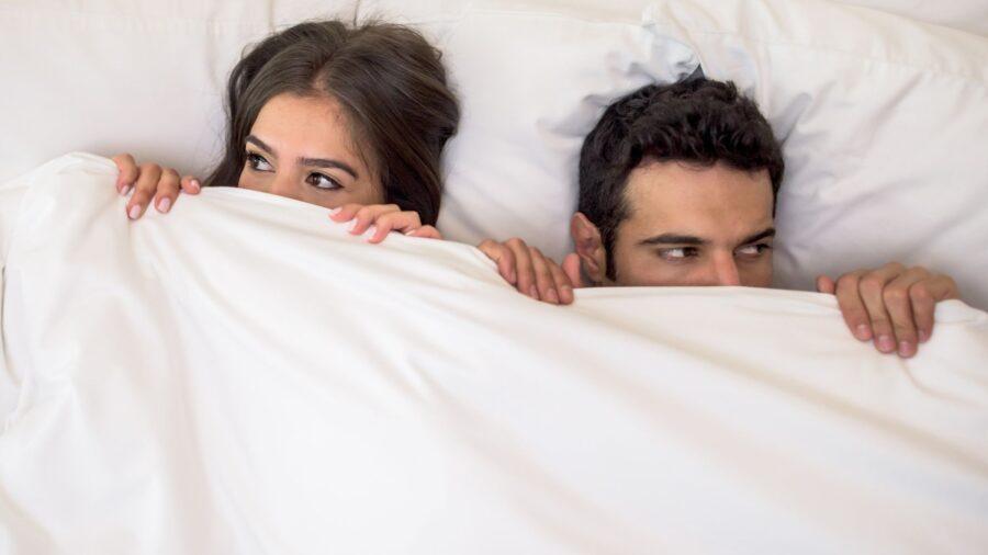 пара под одеялом