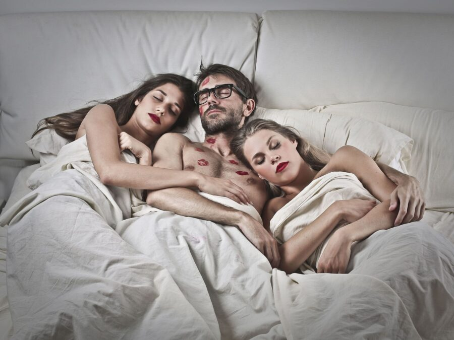 три человека в постели