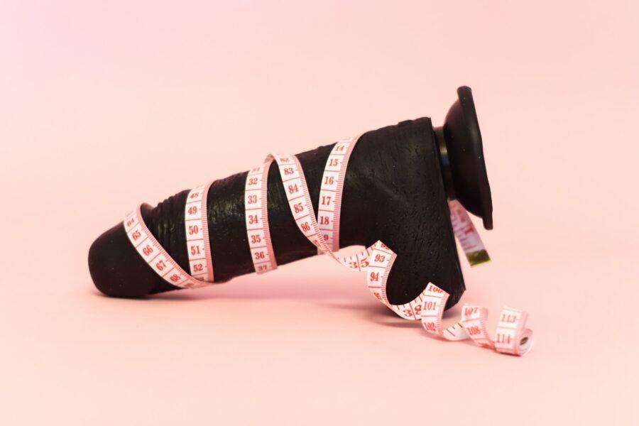 секс-игрушка с сантиметровой лентой