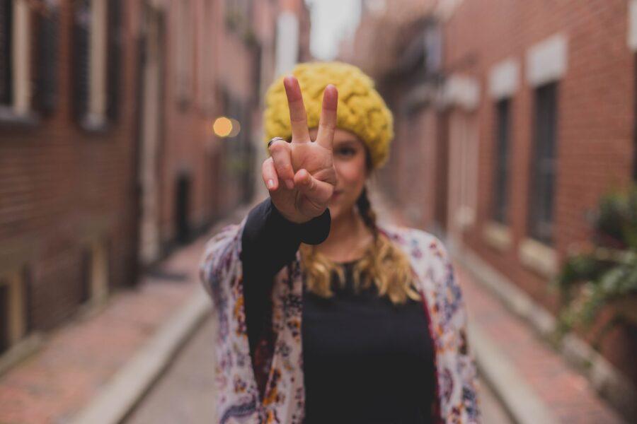 девушка показывает два пальца